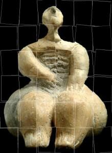 estatueta de mulher-com ladrilho